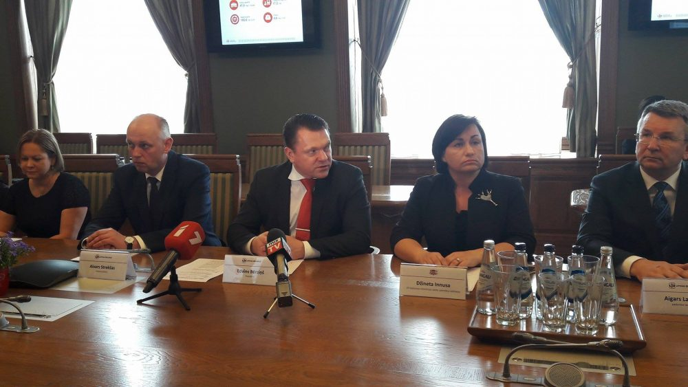 """""""Latvijas dzelzceļa"""" vadība prezentē uzņēmuma ilgtspējas pārskatu."""