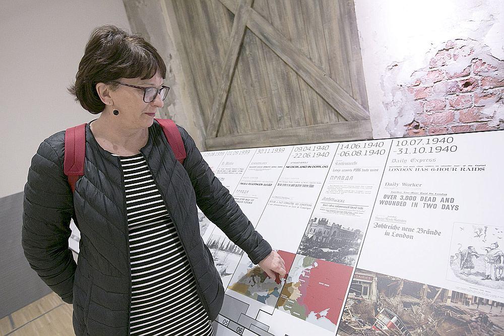 """Sandra Kalniete pie 1940. gada avīžu paziņojumiem, ka """"Latvija uzņemta PSRS tautu saimē""""."""