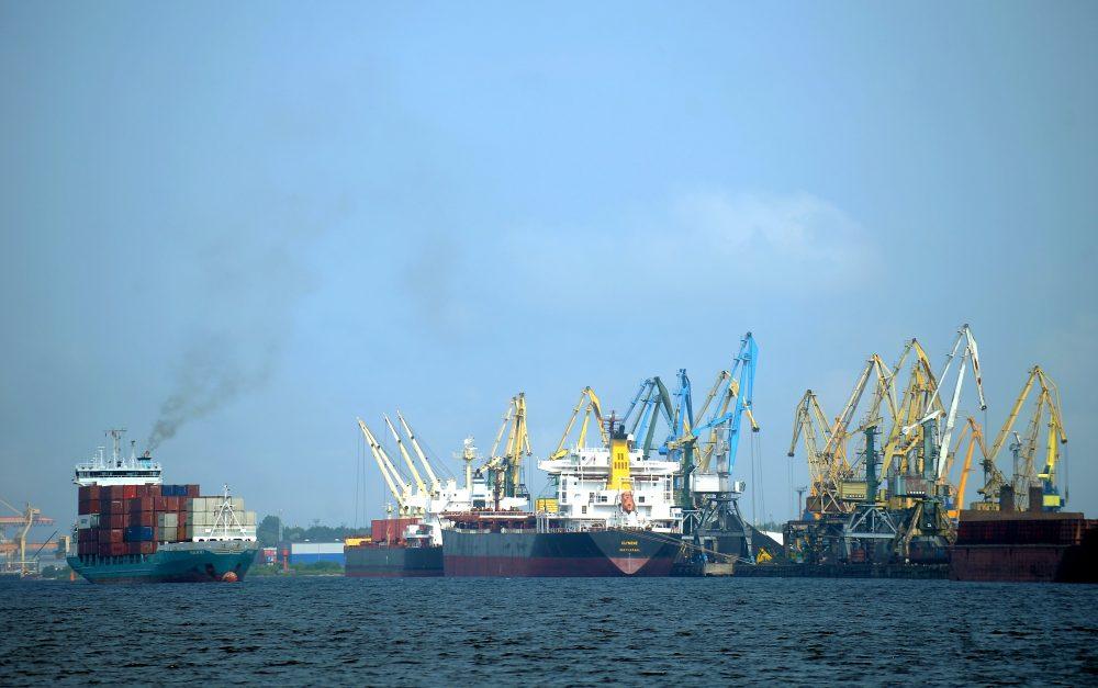Panorāma ar kuģiem un ceļamkrāniem Rīgas ostā