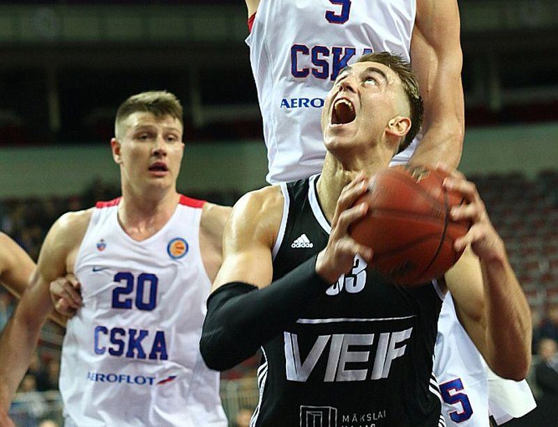 """Mārtiņš Meiers (ar bumbu) Maskavas varenās komandas """"CSKA"""" grozā šosezon sameta 29 punktus."""