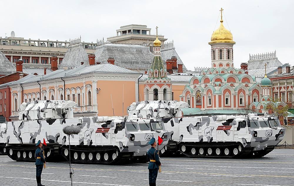 """Šogad pirmo reizi militārajā parādē Maskavā tika demonstrēts pretraķešu komplekss """"Pancir"""" arktiskajā maskējumā."""
