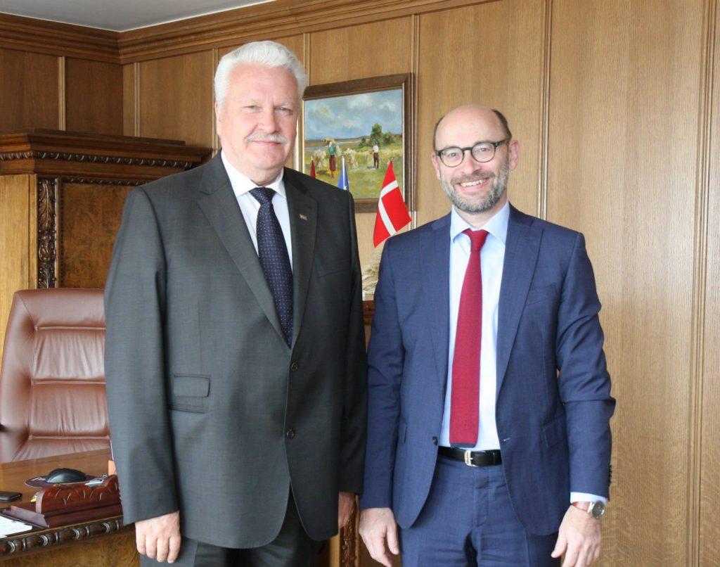 Zemkopības ministrs Jānis Dūklavs un Dānijas Karalistes vēstnieks Latvijā Hanss Brasks