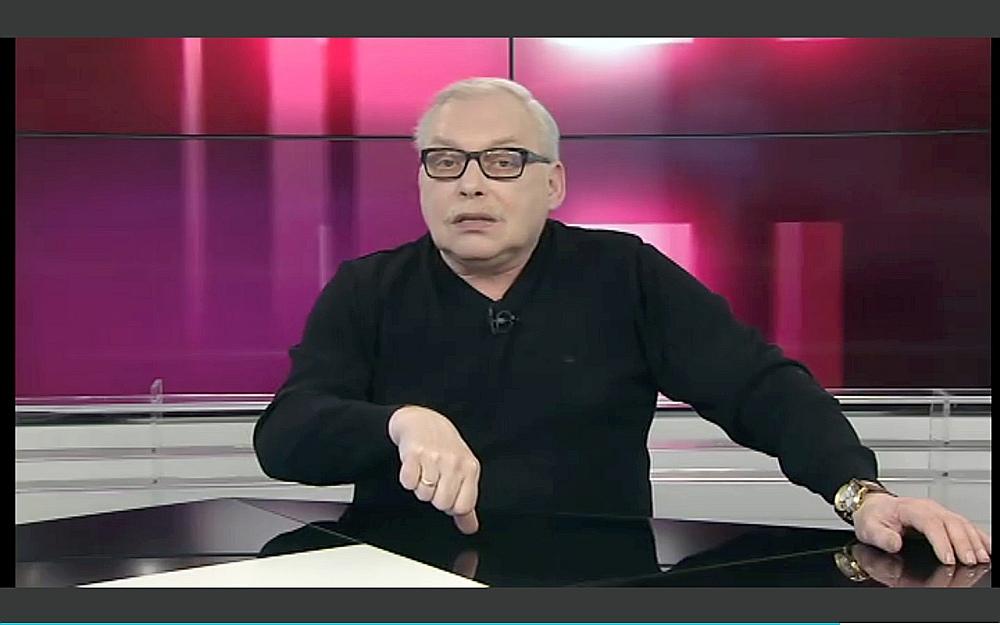 """PBK raidījuma """"Aiz kadra"""" vadītājs Grigorijs Zubarevs ignorē jebkādas cēloņsakarības, lai nonāktu pie vispārinājuma – pateiktu to, kas jāpasaka vienmēr: ka Latvijas valsts neatkarība ir liela neveiksme."""