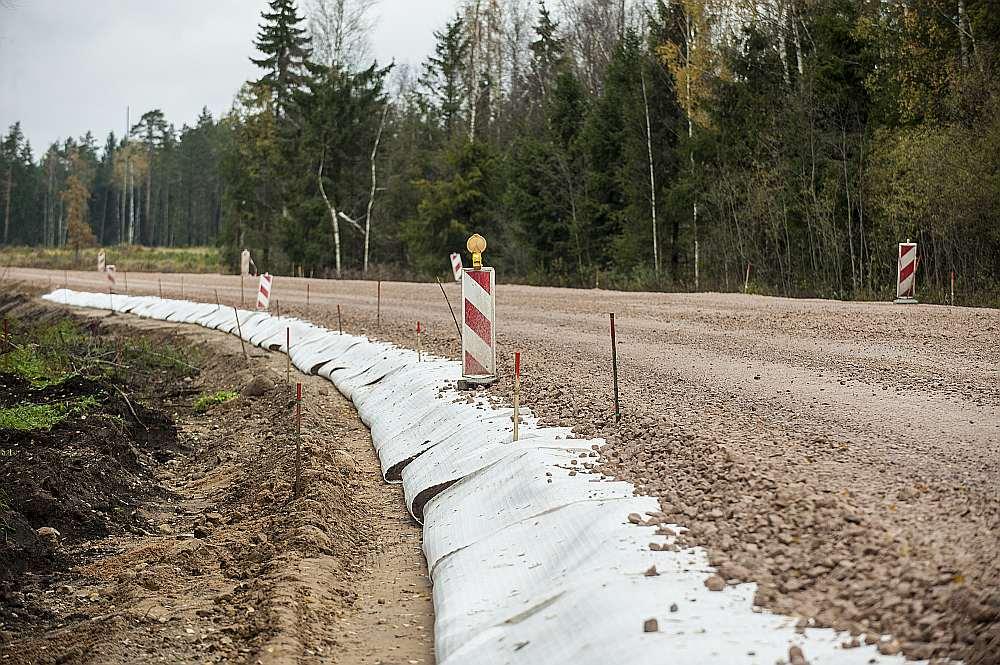 Ģeotekstils izmantots arī uz autoceļa Ķekava–Skaistkalne. Iemesls – zema vieta un ceļa malās ir purvs.