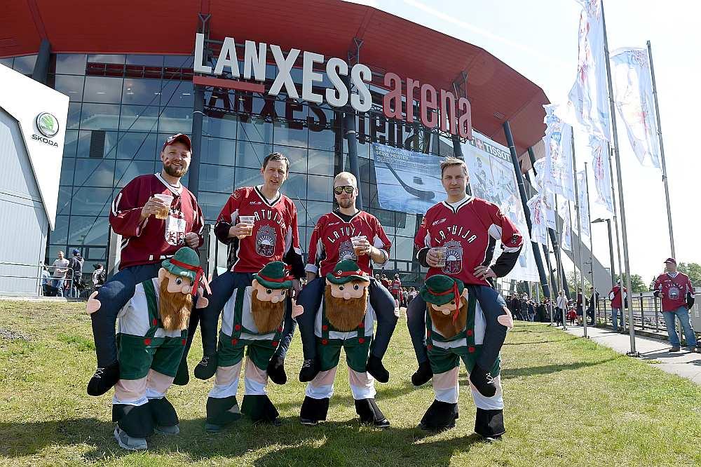 """Daži no vairākiem tūkstošiem Latvijas izlases fanu Ķelnē pie arēnas """"Lanxess"""", kurā atstājuši tik daudz dažādu emociju."""
