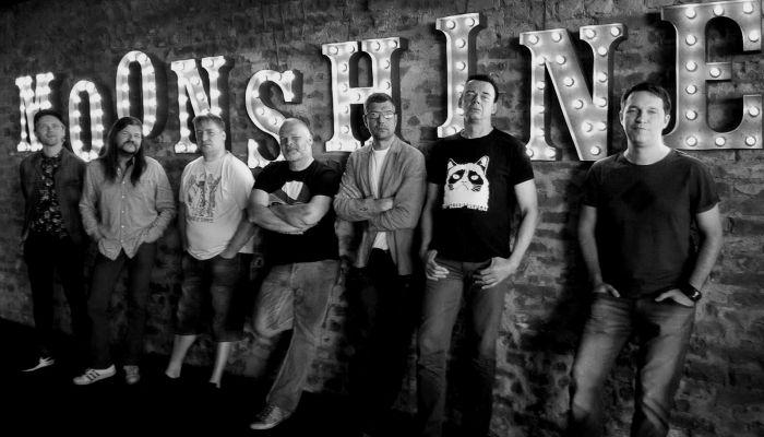 """""""Moonshine"""" dīdžejballīšu komanda: Matīss Tazāns (no kreisās), Uldis Rudaks, Ingus Viklis, Einars Zalcmanis, pasākumu organizētājs Zigmunds Līpiņš, DJ Tanheizers un Kaspars Zaviļeiskis. Kadrā šoreiz nav tikuši Eduards Švāns un DJ Žans Mišels."""