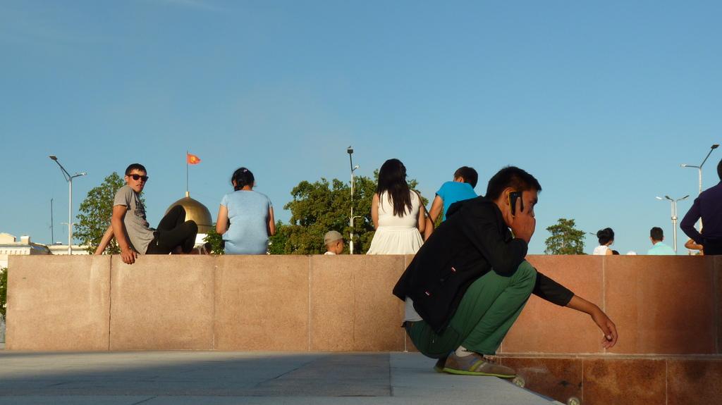 Šī vēl ir Biškeka. It kā moderna pilsēta, bet cilvēki sēž tupus, kā to pieraduši darīt stepē