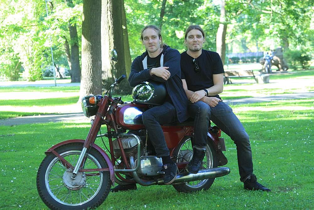 Brāļi Raitis (no kreisās) un Lauris Ābeles uz vēsturiska motocikla: pēc Laura piedzimšanas tēvs to novietojis palīgtelpā.