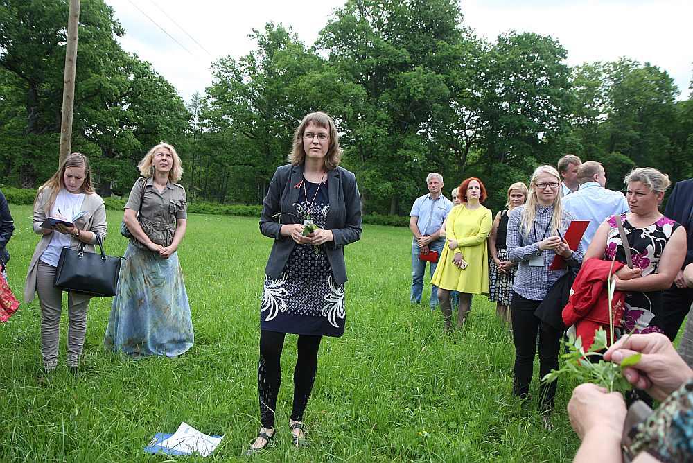 Biotopu eksperte Anete Pošiva-Bunkovska (centrā), demonstrējot vidzemniekiem dabas vērtību kartēšanu, zālājā, kurš tiek regulāri pļauts, saskaitīja 18 dažādas augu sugas.