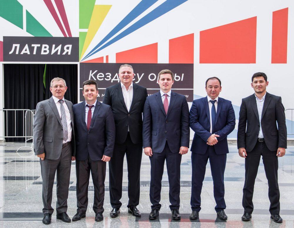 """LDz Loģistika valdes priekšsēdētājs Verners Lūsis ar viesiem pie Latvijas paviljona izstādē  """"Astana Expo 2017"""""""