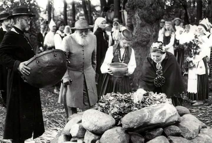 """Starptautiskā folkloras festivāls """"Baltica'91"""". No kreisās Dainis, Stalts, nezināms vīrietis, Julgī Stalte (?), Helmī Stalte."""