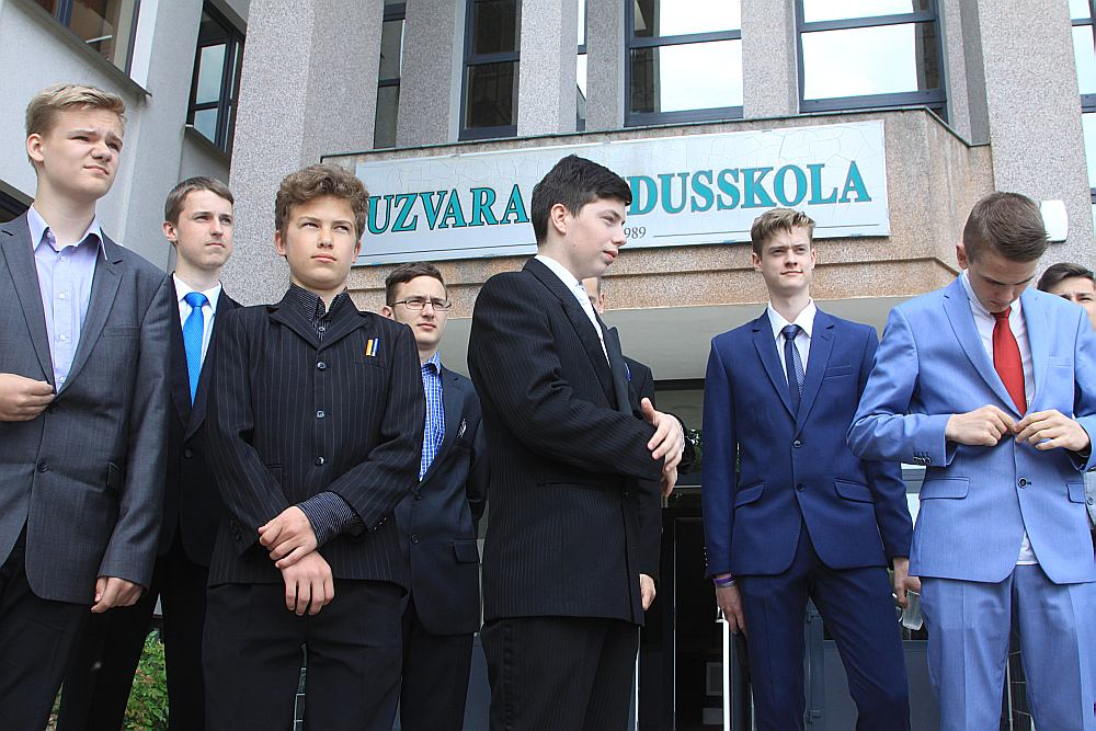 Uzvaras vidusskolas 9. klases absolventi nelabprāt dodas mācīties uz Bauskas pilsētas vidusskolām. Attēlā: daļa no Uzvaras vidusskolas 9. klases absolventiem.