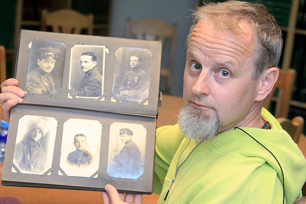 """""""Latvijas Avīzes"""" žurnālists Artis Drēziņš ir Lāčplēša Kara ordeņa kavaliera Ernesta Drēziņa mazdēls. Interesanta sakritība – Artis pats dzimis 11. novembrī, tātad Lāčplēša dienā."""