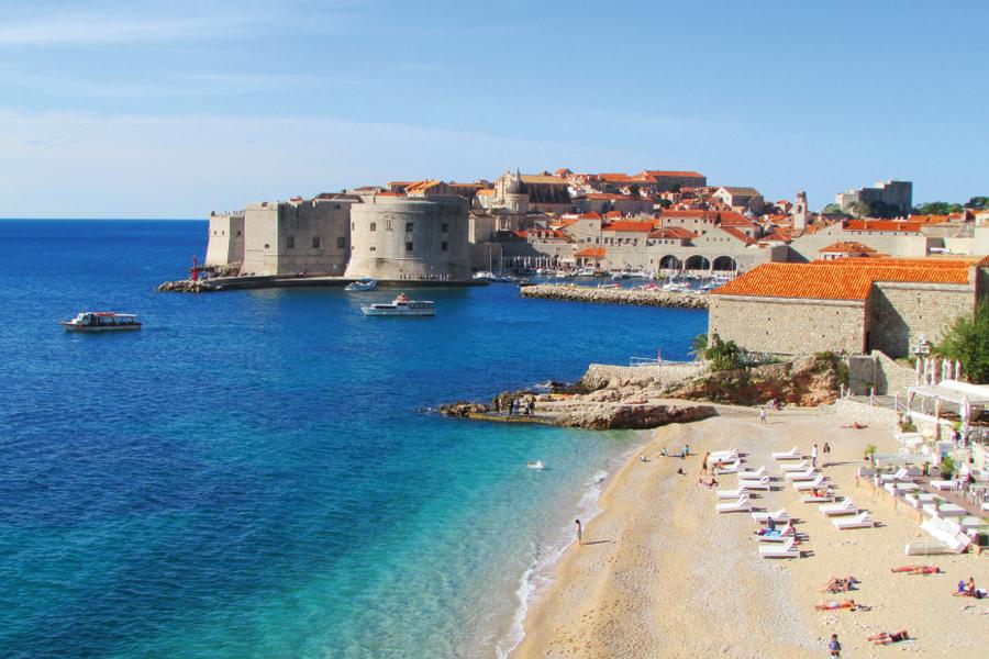 Horvātijas kūrorta pērle Dubrovnika Adrijas jūras krastā vilināt vilina tūristus.