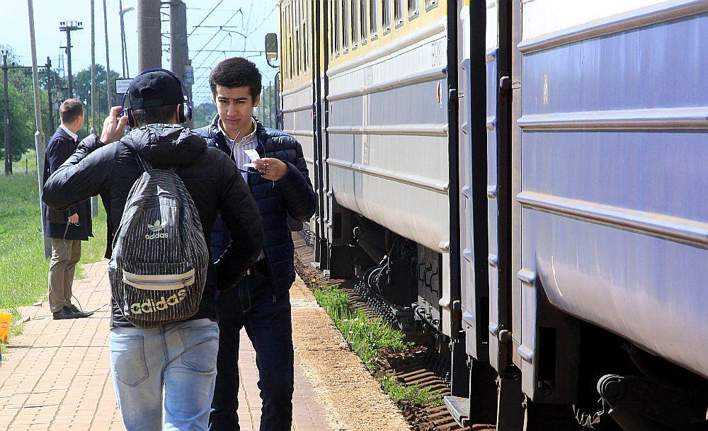 """Sociālās kampaņas """"Atmet telefonu un dzīvo!"""" atklāšanas laikā """"LA"""" fotogrāfe notvērusi mirkli uz perona, kad šāds no ārpasaules norobežojies puisis sagaida vilcienu pienākam."""