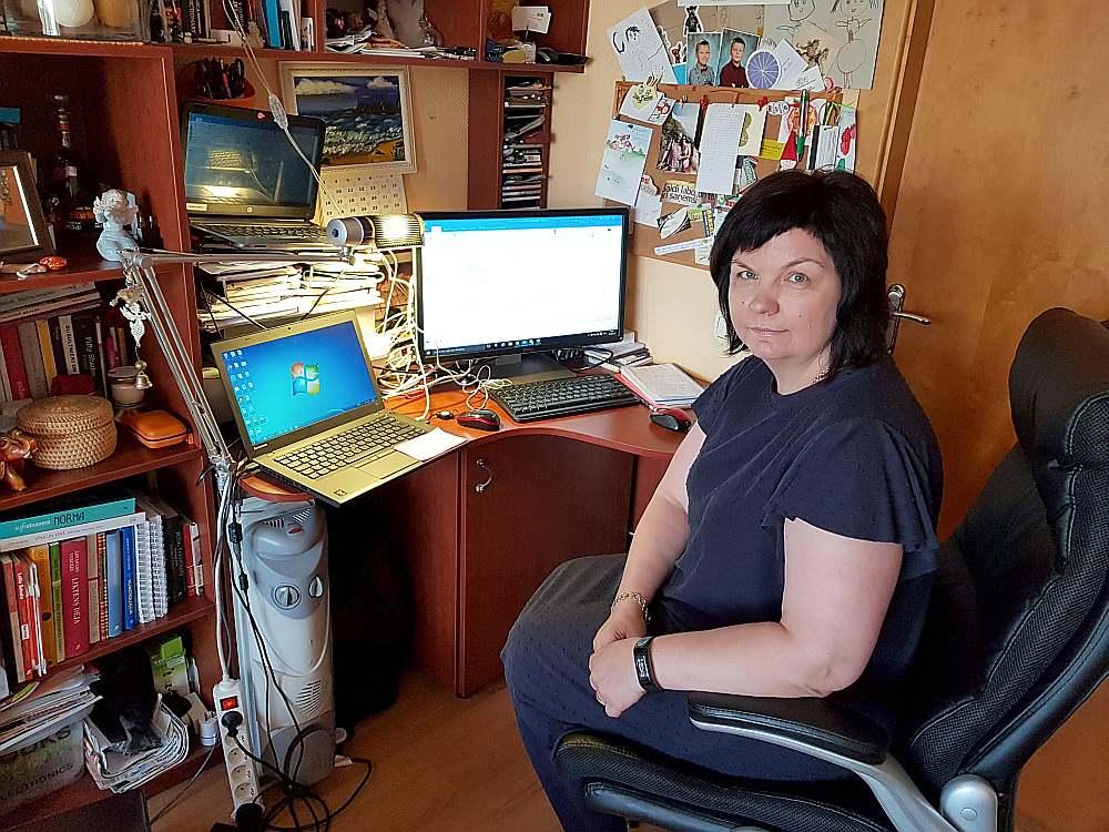 """Kaut arī jelgavniece Sandra Krēgere nav programmētāja, darbs """"Accenture"""" nozīmē žonglēšanu starp trim datoriem."""