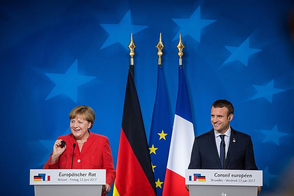 Samita zvaigzne bija Francijas jaunais prezidents Emanuels Makrons, kurš piedalījās arī kopējā preses konferencē ar Vācijas kancleri Angelu Merkeli.