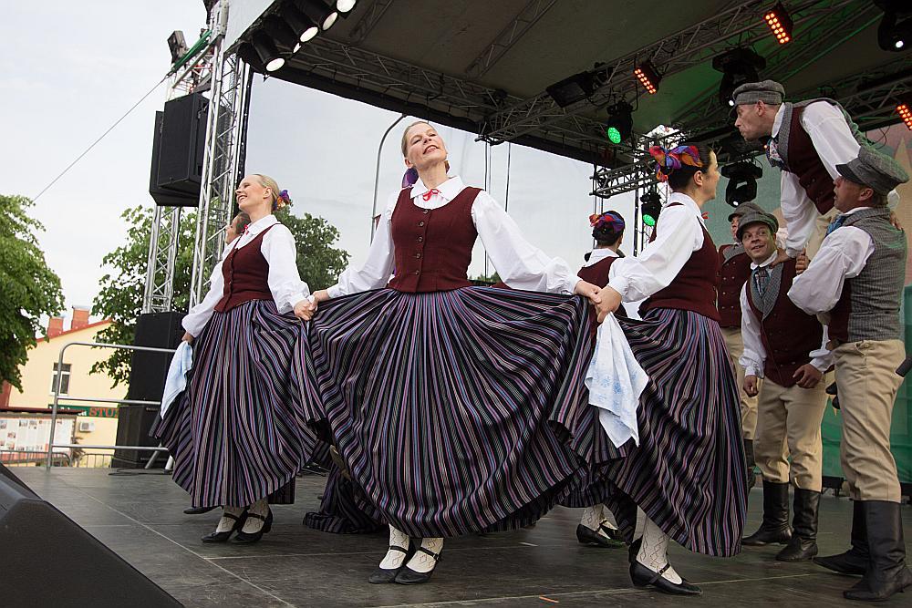 """Madonas pilsētas kultūras nama TDA """"Vidzeme"""" uzstājas Madonas pilsētas svētkos."""