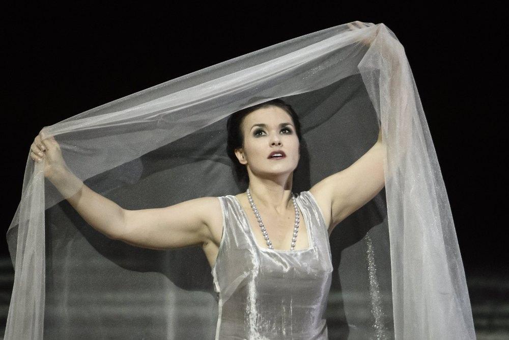 Vima Vendersa iestudējumā Leilas lomu atveido Krievijā dzimusī operdziedātāja Olga Peretjatko-Marioti.