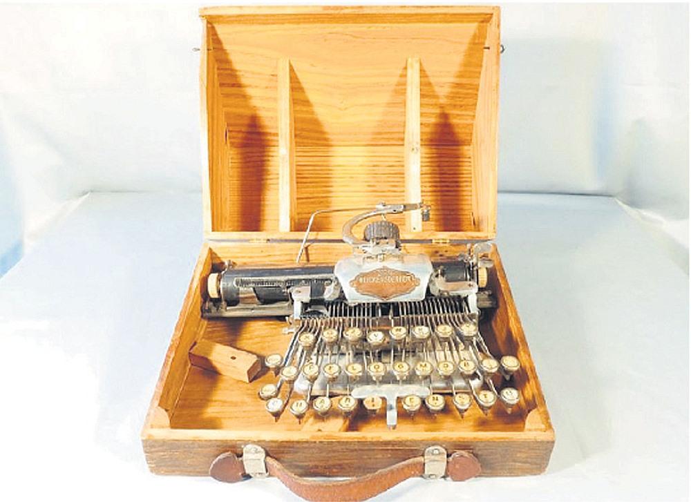Zaglis bija iekārojis vairākas Raiņa rakstāmlietas, tostarp attēlā redzamo dzejnieka rakstāmmašīnu. Trīs nozagto priekšmetu vērtība tiek lēsta ap 14 000 eiro.