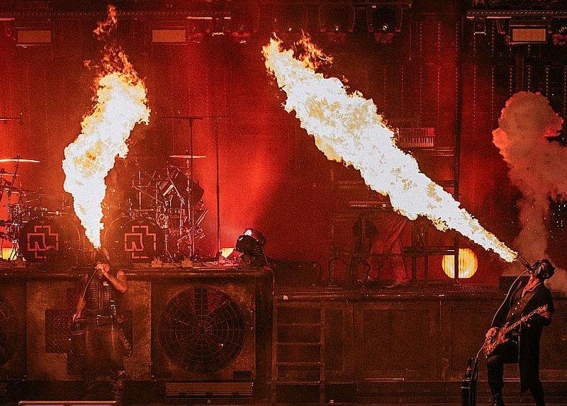 """Svētdien, 11. jūnijā, Tallinas Dziesmu svētku estrādē """"Rammstein"""" fani varēs baudīt grupas unikālos pirotehnikas paraugdemonstrējumus un grandiozo scenogrāfiju pilnā apmērā."""