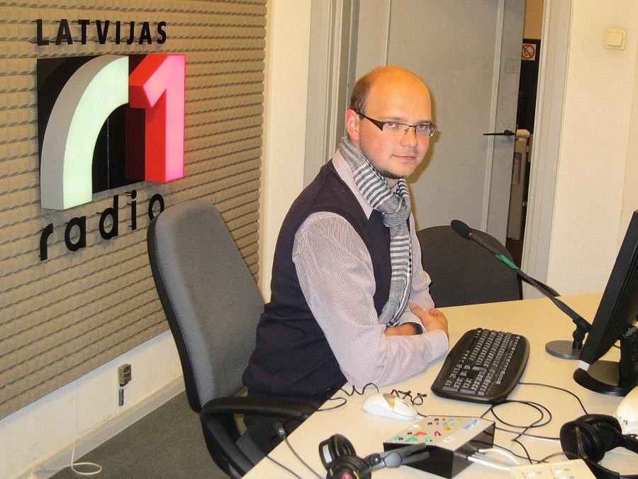 """Darbā Latvijas Radio 1 kā raidījuma """"Kolnasāta"""" vadītājs. Aigars to vairāk uzskata par sabiedrisku pienākumu – iespēju uzrunāt klausītājus un darīt to latgaliski."""