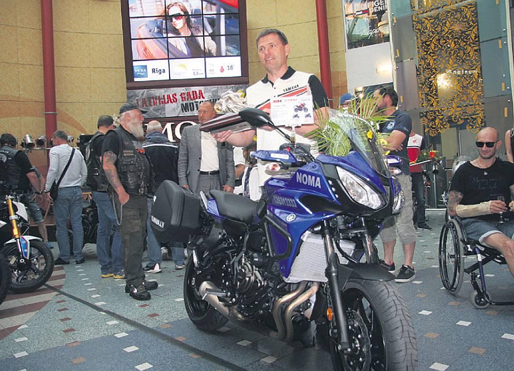 """Gada motocikls """"Yamaha Tracer 700"""" un """"Yamaha"""" oficiālais izplatītājs Latvijā Kristers Serģis."""