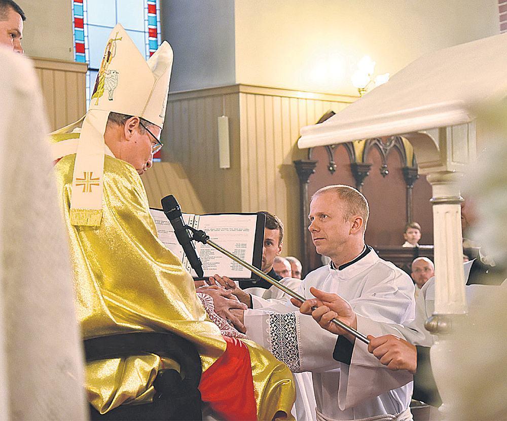Sv. Jēkaba katedrālē arhibīskaps Zbigņevs Stankevičs ordinē Daini Stikutu par diakonu. Ordinācijas sakramenta laikā bīskaps veic īpašu ritu — maģistērisku, reliģisku un liturģisku – uz nākamā diakona galvas veic roku uzlikšanu un lūdzas īpašu konsekrācijas lūgšanu.