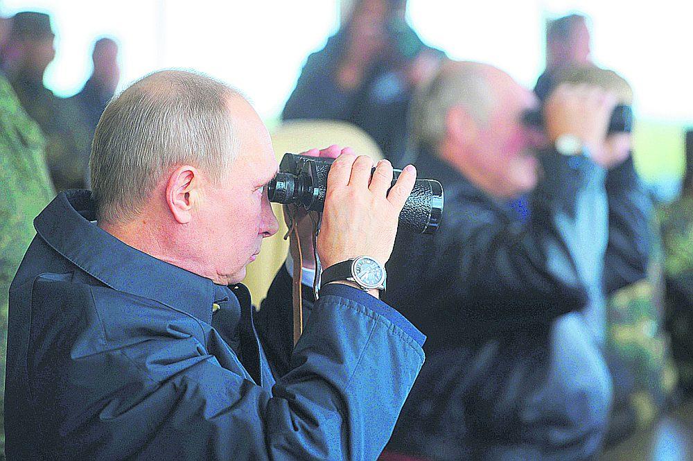 """Krievijas prezidents Putins kopā ar Baltkrievijas vadītāju Aleksandru Lukašenko vēro militārās mācības """"Zapad 2013""""."""