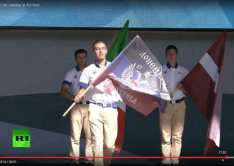 """Pēc Piedņestras, Luhanskas, Doņeckas """"tautas republiku"""" pārstāvju pieteikšanas uz skatuves tiek uznests arī Latvijas karogs."""