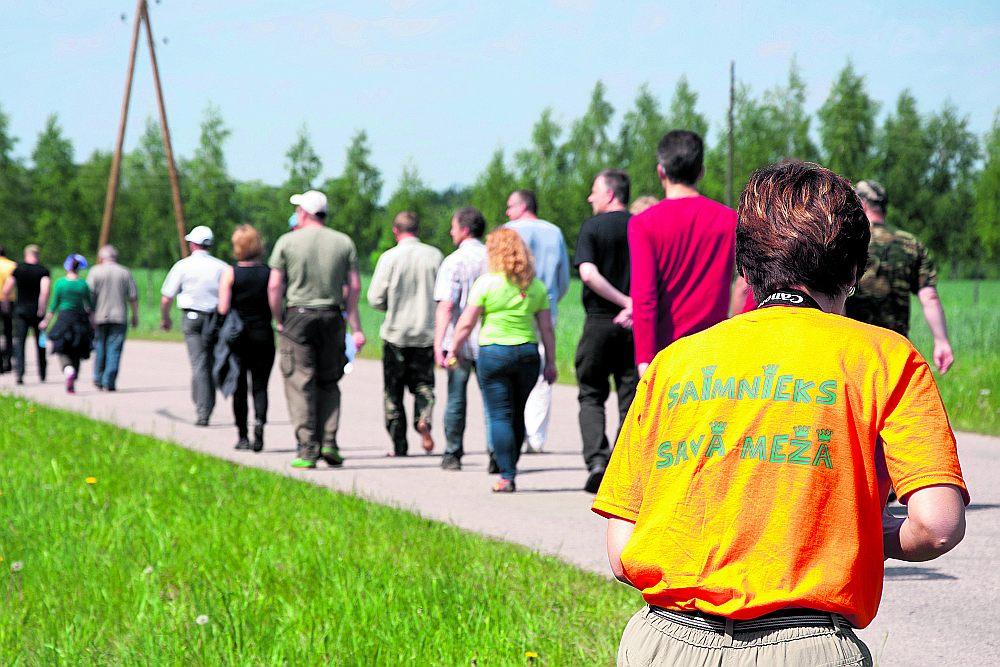 Latvijā meža īpašnieki grib paši izvēlēties – atdot mežu dabai vai audzēt lietaskokus.