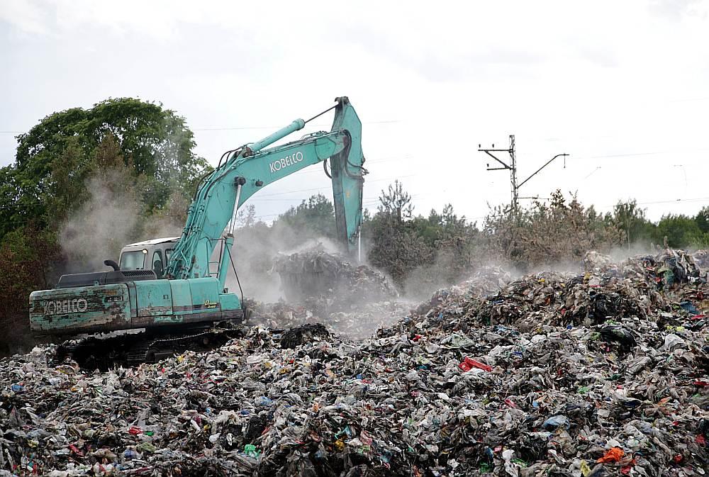 Jūrmalā degušie atkritumi bijuši noslēgti blīvās ķīpās, kurām no ārpuses bijusi redzama lielākoties plastmasa, tekstila gabaliņi un mazliet gumijas, bet, kad ķīpas irdinātas, to iekšpusē atklāti arī nešķirotie atkritumi.
