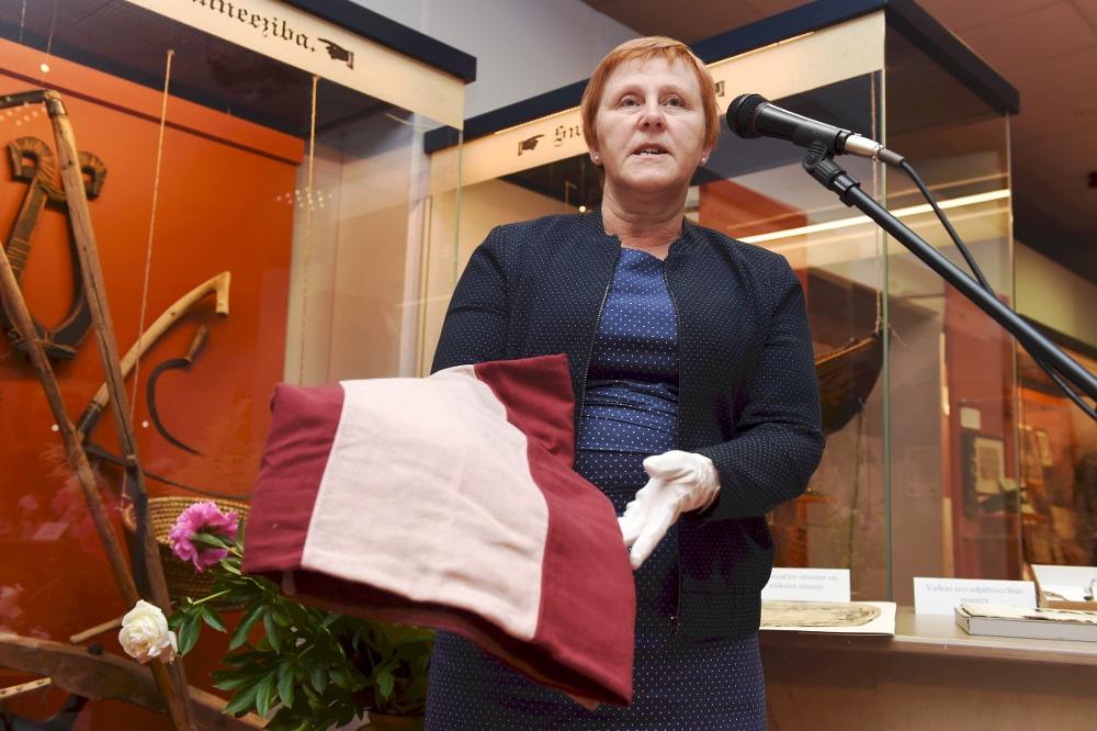 Tukuma muzeja direktore Agrita Ozola ar vienu no topošās izstādes eksponātiem.
