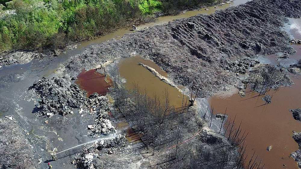 """PĒC UGUNSGRĒKA. Uzņēmums SIA """"Prima M"""", kura apsaimniekotajā teritorijā Jūrmalā dega atkritumi, vēl vakar nebija saņēmis VARAM un VVD rīkojumu par teritorijas sakārtošanu, taču tā pārstāve Lūcija Uzkliņģe aģentūrai LETA apgalvoja, ka sakopšanas darbus veiks."""