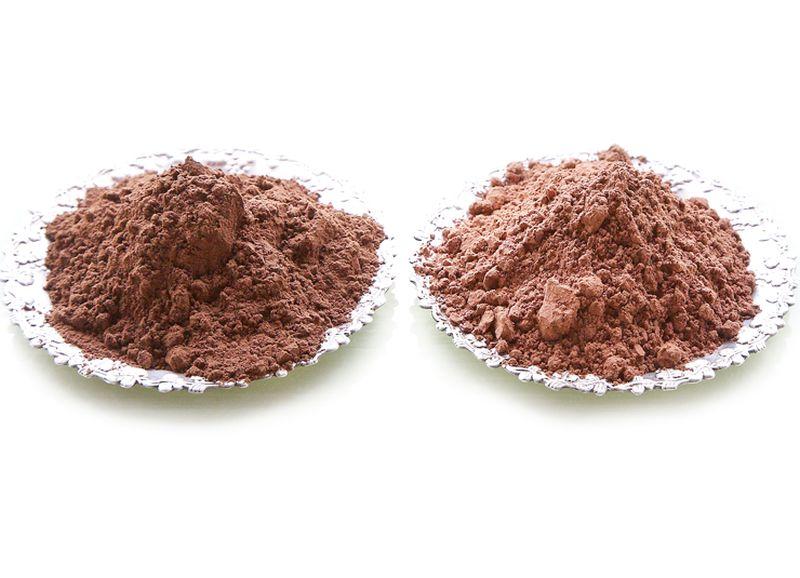 Lai gan pēc krāsas kerobs (no kreisās) un kakao ir ļoti līdzīgi, garša tiem būtiski atšķiras: kakao ir rūgts, bet kerobs – salds.