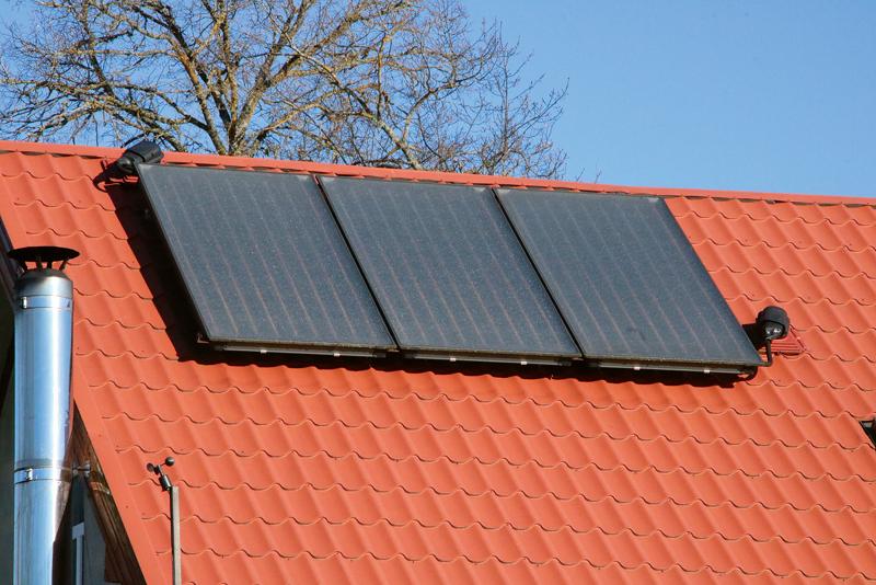 Saules kolektori pat samērā vēsā, bet saulainā dienā nodrošinās silto ūdeni.