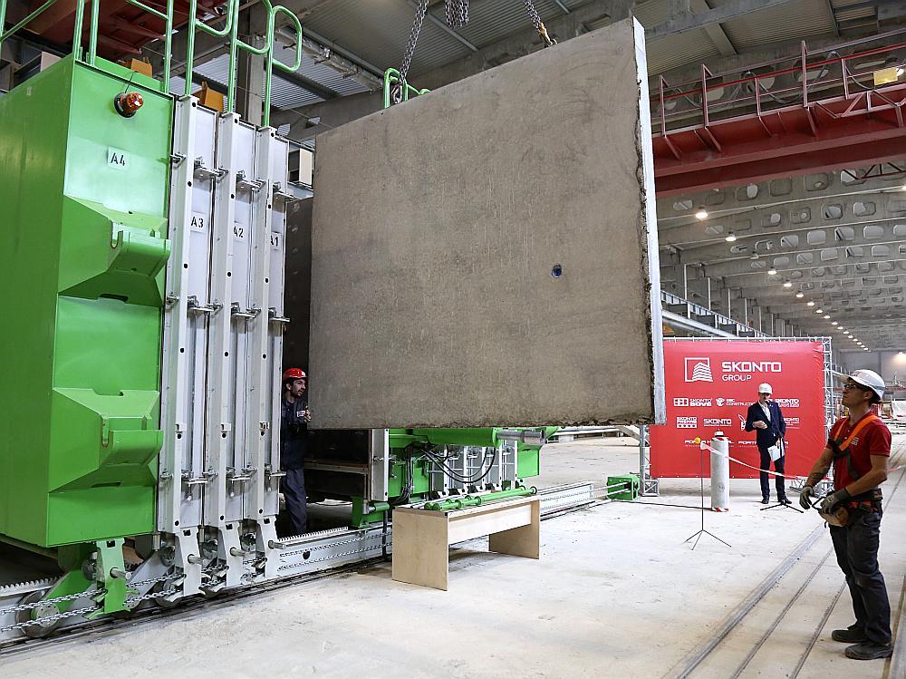 """""""Skonto Prefab"""" jaunā vertikālā dzelzsbetona sienu ražošanas iekārta."""