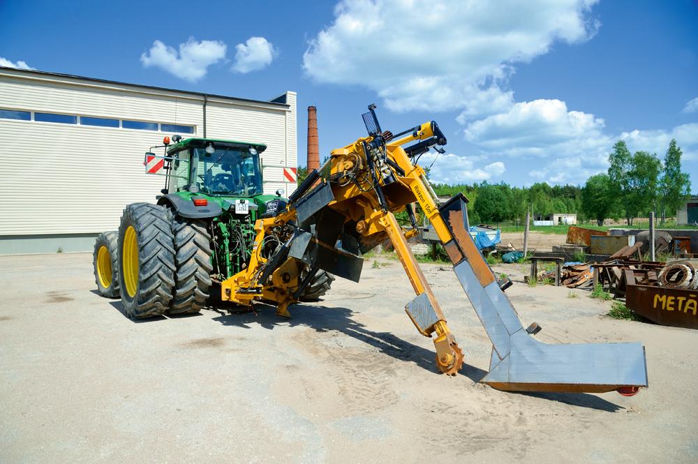 Meliorācijas tehnika – John Deere traktors ar lāpstu SIA Talus meliorators pagalmā