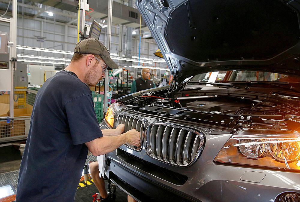 """Arī """"BMW"""" tiek vainota sadarbībā ar konkurentiem saistībā ar piesārņojumu izraisošajiem izmešiem automašīnās ar dīzeļdegvielas dzinēju, bet kompānijas vadība to noliedz."""