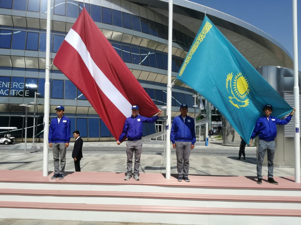 """Latvijas nacionālās dienas svinību dienā pie izstādes """"EXPO Astana 2017"""" centrālās skatuves tika uzvilkti Kazahstānas un Latvijas valstu karogi."""