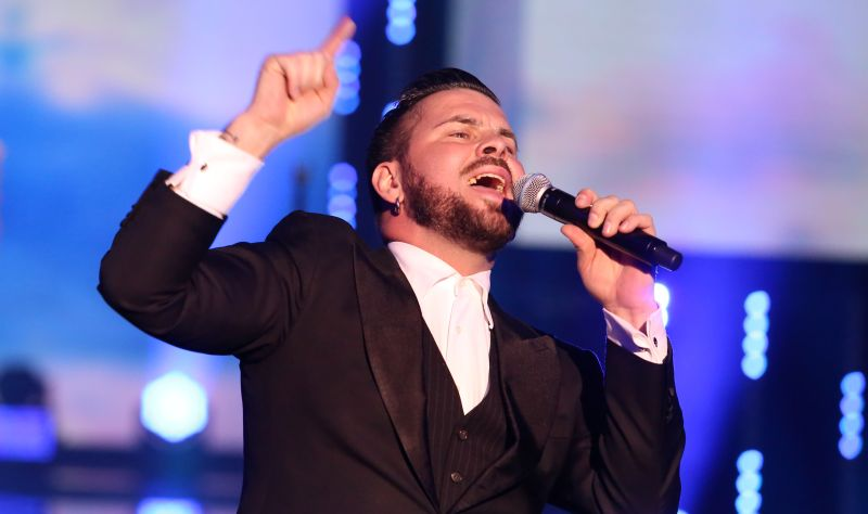 Dziedātājs Intars Busulis.