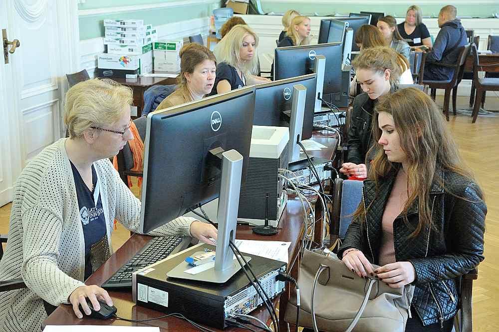 Bakalaura līmeņa studijām Latvijas Universitātē uzņemšanas laikā bija pieteikušies 14 055 studētgribētāji. Attēlā: potenciālie studenti iesniedz dokumentus uzņemšanas komisijai.