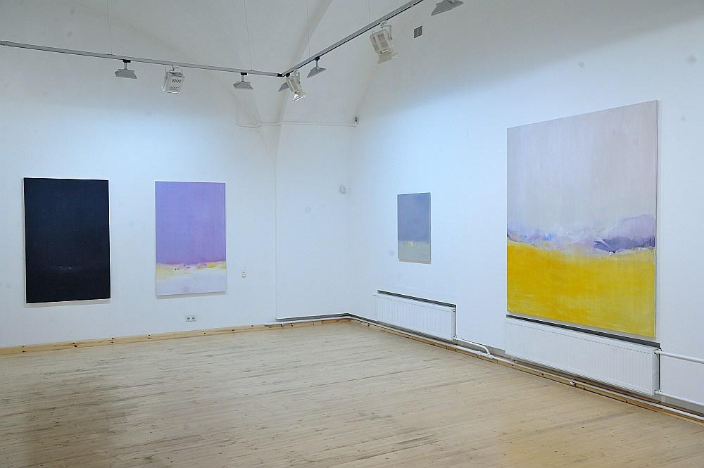 """Paulas Zariņas-Zēmanes jaunākie gleznojumi kā krāsaini, vizuāli dzejoļi piedāvā uz mirkli aizmirst steidzīgo realitāti un pameklēt sevi. Izstādes kuratore ir """"Arsenāla"""" Radošās darbnīcas vadītāja Līna Birzaka-Priekule."""