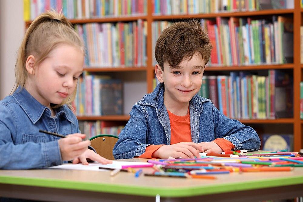 """Pierādījies, ka visvairāk lasītāju Bērnu un jauniešu žūrijai ir tajās pašvaldībās, kurās darbojas arī pašu veidotas lasīšanas veicināšanas programmas, piemēram, """"Mana grāmatu karaliene"""" un """"Zvirbulēna grāmatu grozs"""" Valmierā, """"Arī viņi lasa"""" Kuldīgā, """"Skaistā vasara bibliotēkā"""" Daugavpilī un citviet."""