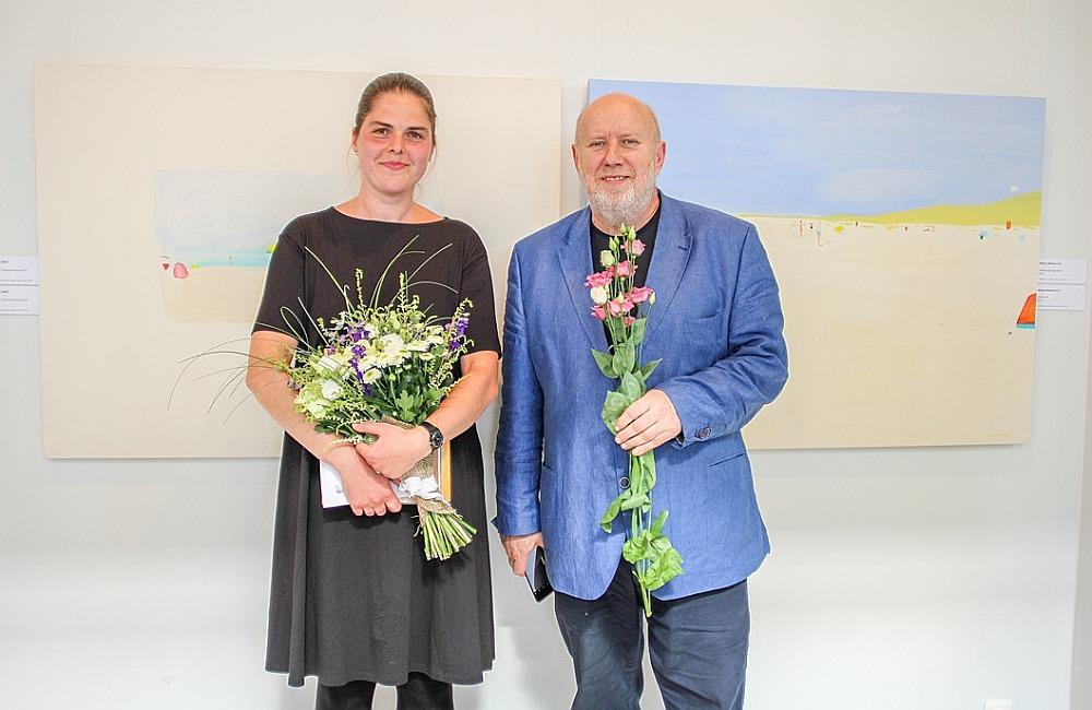 Galvenās balvas profesionālu mākslinieku kategorijā saņēmēja Madara Neikena kopā ar žūrijas priekšsēdētāju, profesoru Alekseju Naumovu.