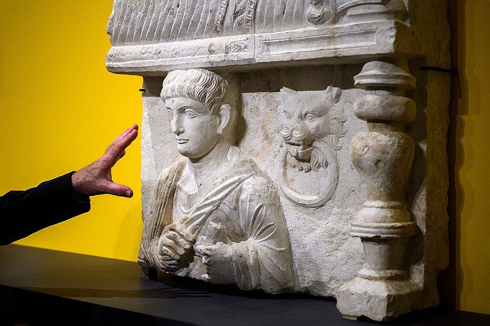 Pēcnāves bareljefs no Palmiras (Sīrijā) tiek izstādīts Ženēvas Mākslas un vēstures muzejā pēc tam, kad tas tika atklāts muitas kontrolē Ženēvas Brīvostas noliktavu kompleksā. Šādi atklāti deviņi kultūras pieminekļi no Sīrijas, Lībijas un Jemenas, kas nelegāli iekļuvuši Eiropā. Visi tie aplūkojami izstādē līdz 30. septembrim.