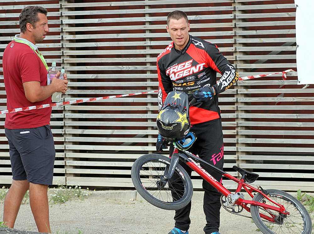 Treneris Ivo Lakučs (no kreisās) teic, ka Mārim Štrombergam joprojām netrūkst ātruma, spēka un tehnikas, bet startā grūti pārvarēt bailes.