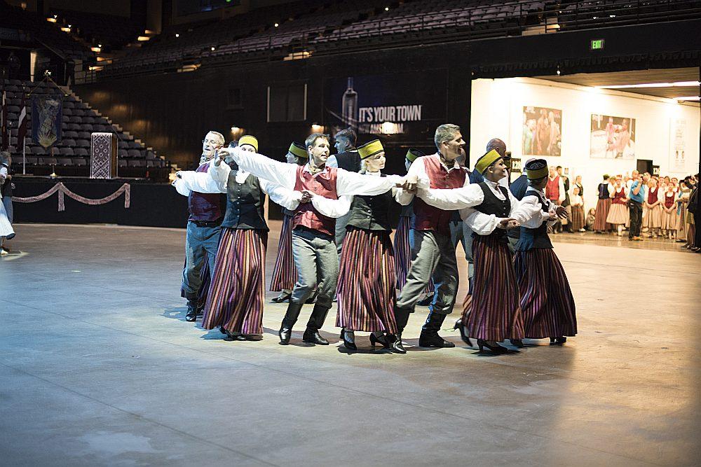 """""""Mantinieku"""" dejotāji Baltimoras svētku koncertā."""