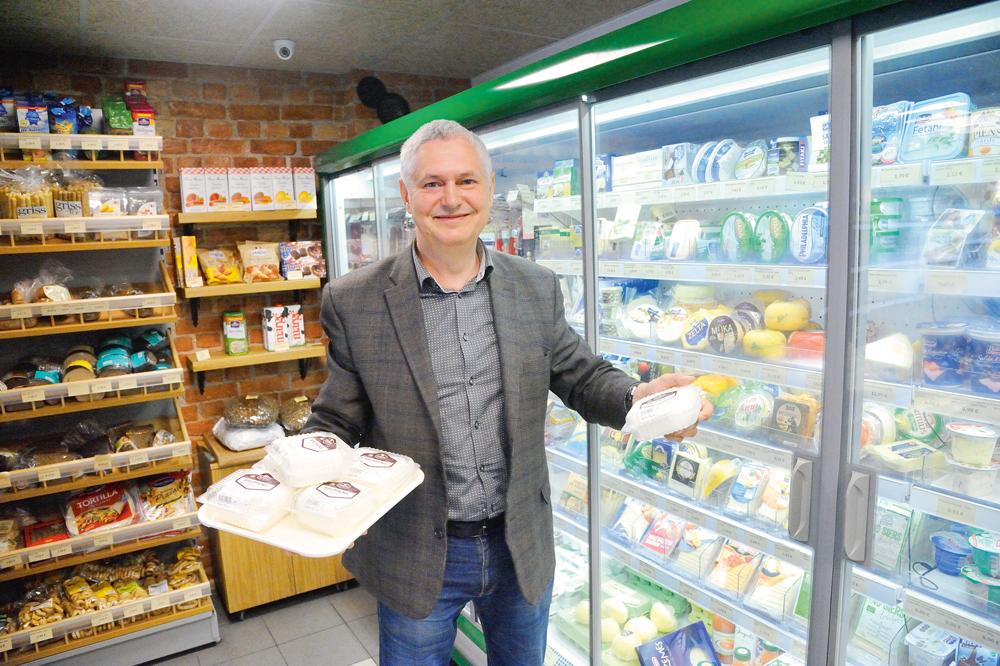 """A.Hartmanis ar """"Būņu"""" firmas produktu – pašu no bioloģiskā piena gatavoto biezpienu"""