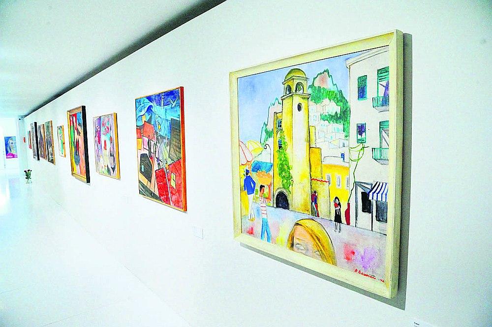 """Birutas Baumanes mākslas pasaulē formas dižā vienkāršība sakausēta ar dziļi filozofisku saturu. Priekšplānā – glezna """"Kapri."""" 1978. Audekls, eļļa. LNMM kolekcija."""